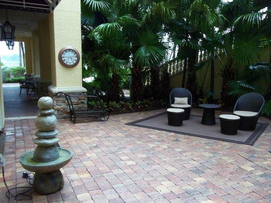 The Ritz-Carlton Golf Resort, Naples: Courtyard off Gym/Spa