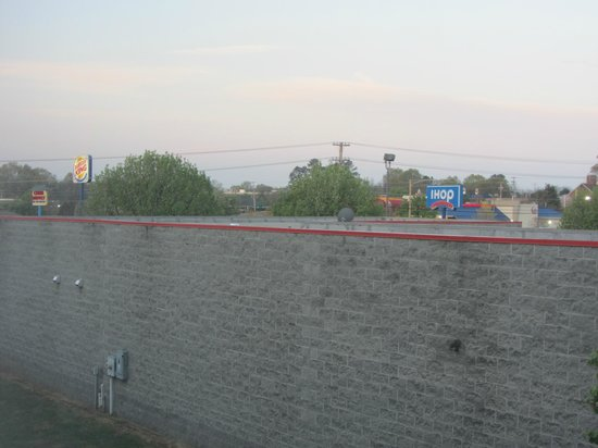 Quality Suites: Scenic view of brick wall from room