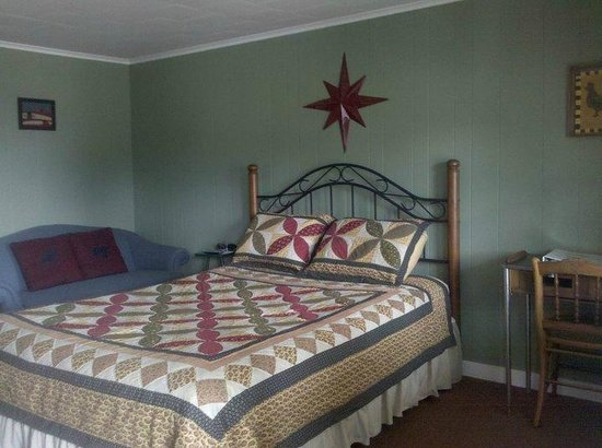 Quinn's Jockey Cap Country Store and Motel: Queen Size Bed