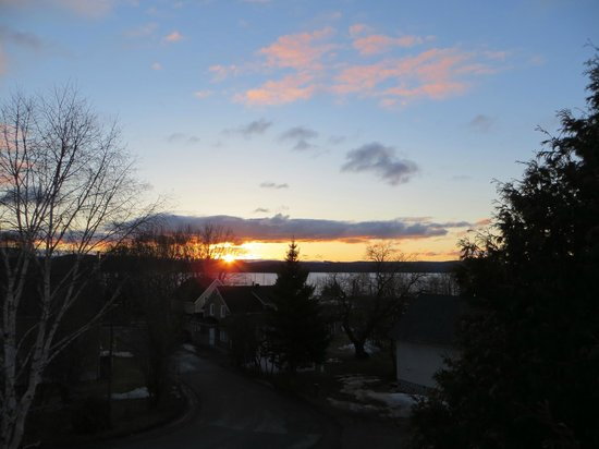 Auberge Internationale Temiscouata : Beautiful Sunrise seen from the second floor deck