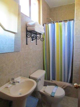 Amaru Valle Hotel: Baño, bien el agua caliente