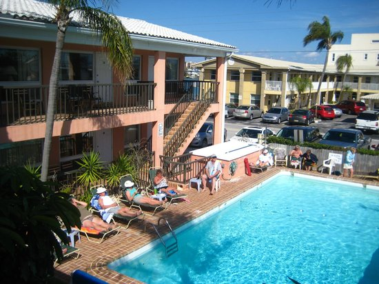 New Yorker Motel: Guests enjoying the sun around our pool