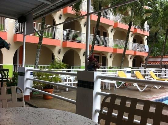 Hotel Perichi's: habitaciones y terraza de piscina