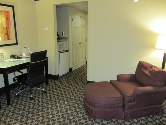 Wingate by Wyndham Columbia / Ft. Jackson: Sitting and kitchenette area