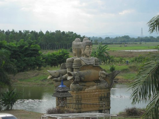 Isdaan Village : Indochina inspired statues in Tarlac