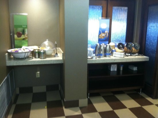 Hampton Inn Evansville: Free Continental Breakfast - Fresh Fruit and Cereals