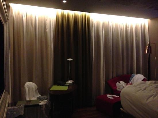 Hotel de l'Opera Hanoi: luxurious plush bedroom