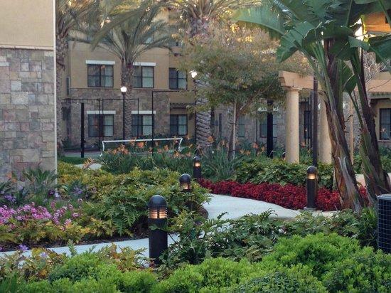 Residence Inn Camarillo: Tennis and basketball court