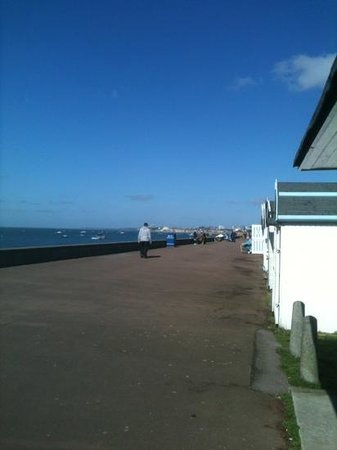 Shoebury Common Beach: Promenade along the beach huts