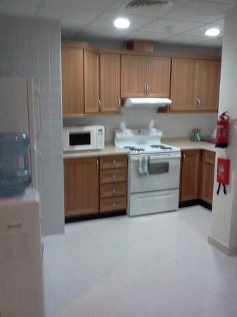 Sea Scene Hotel Apartments: Kitchen