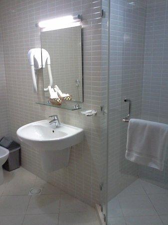 Sea Scene Hotel Apartments: Washroom