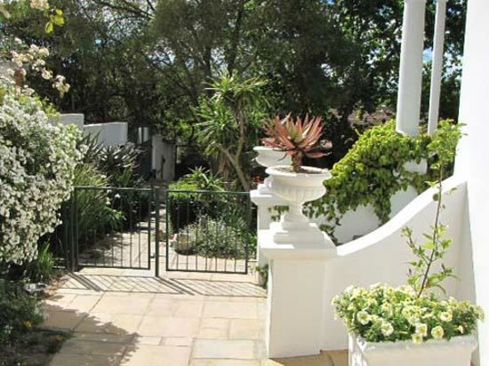 Henri House B&B: Garden