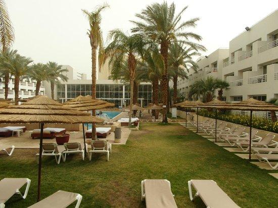 Leonardo Royal Resort Hotel Eilat: Впереди лобби и столовая, справа крыло отеля. Слева лежаки в зоне отеля