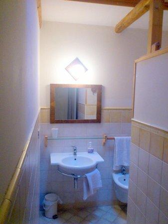 B&B Acero Rosso: Das Bad mit Dusche