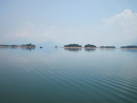 Long Ngum View Resort: view of islands on the lake
