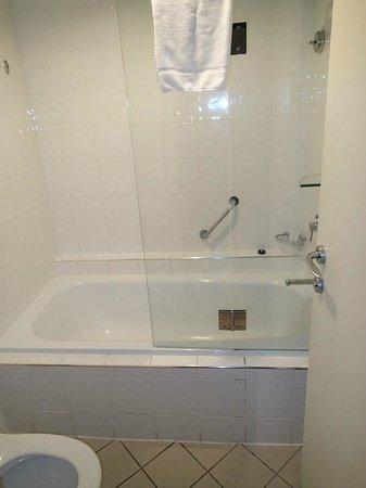 Sofitel Fiji Resort & Spa: Small bathroom