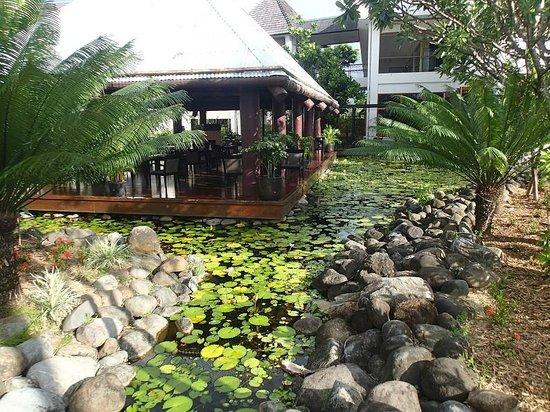 Sofitel Fiji Resort & Spa: Hotel grounds - near restaurant