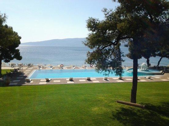 Kalamaki Beach Hotel: Piscina y mar