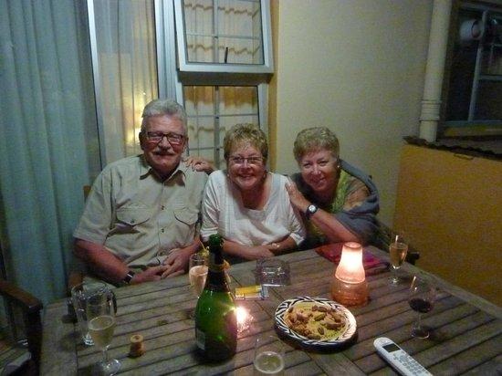 AestAs Bed & Breakfast: Zufriedene Gäste auf der Terasse