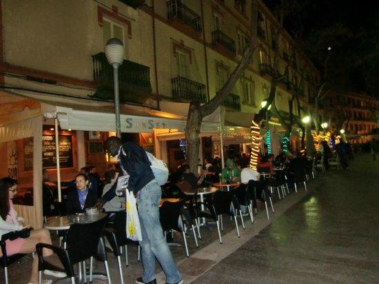 Hostal Parque: terrazas y bares vistos desde la puerta del hostal