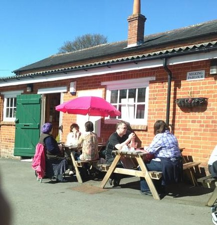 The Parlour Tearoom: outdoor picnic tables can be reserved in advance too
