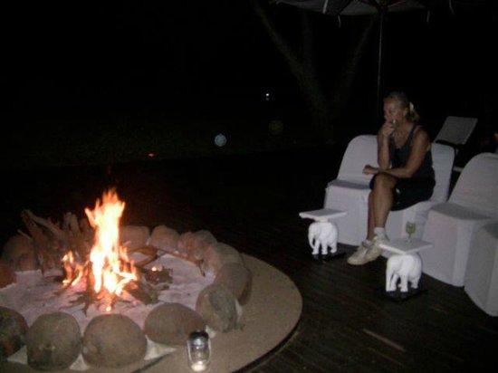 White Elephant Safari Lodge: apéritif autour du feu de bois