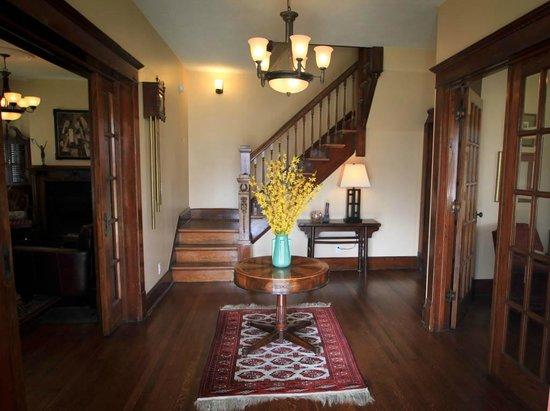 Three Oaks Inn: Foyer