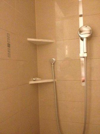Palais Hansen Kempinski Vienna : Links das Panel zum Bedienen der Dusche