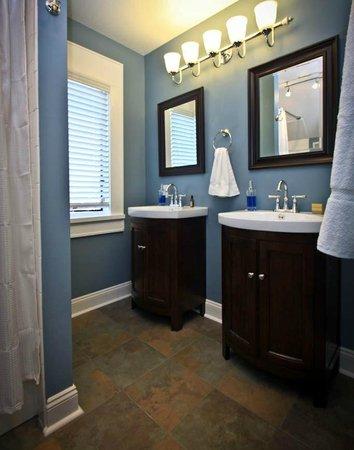 Three Oaks Inn: Fireside Suite, Bathroom