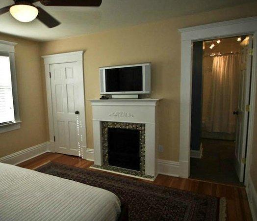 Three Oaks Inn: Fireside Suite, Fireplace/TV