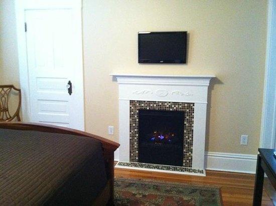 Three Oaks Inn: Sunset Suite, Fireplace/TV