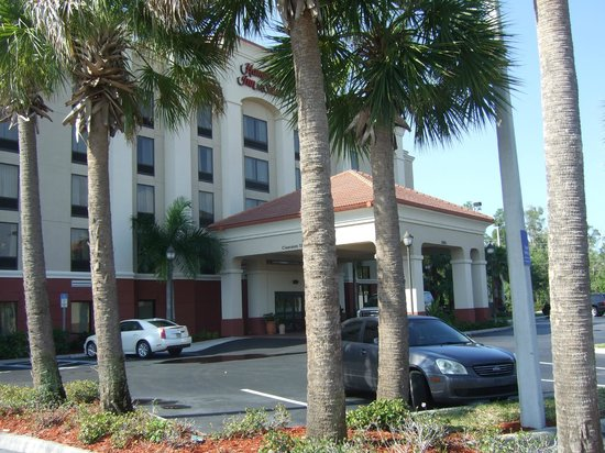 Hampton Inn & Suites Fort Myers-Estero/FGCU : Front view of hotel from carpark