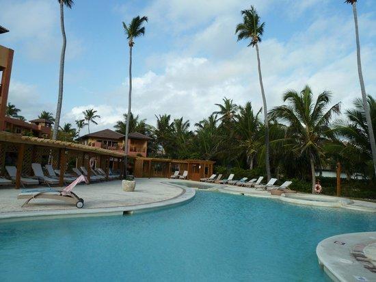 VIK Hotel Cayena Beach: Poolbereich mit Luxusliegen