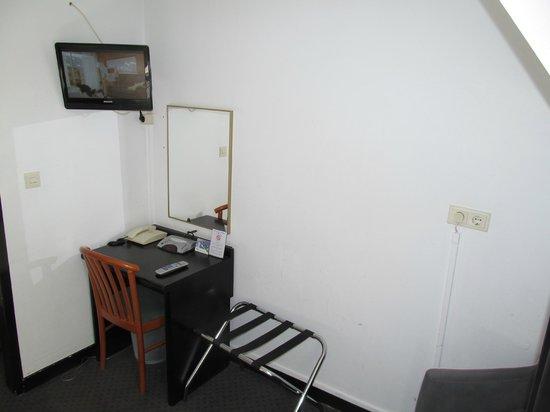 Fletcher Hotel-Landgoed Huis Te Eerbeek: Hotel Huis te Eerbeek: room wth TV and desk