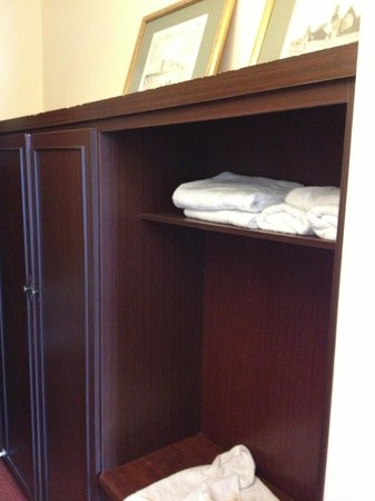Auburn Lodge Hotel & Leisure Centre: Wardrobes in room