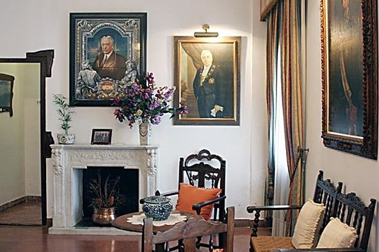 House Museum of Niceto Alcala: Otra vista del salón