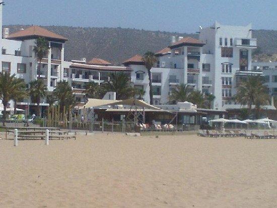 Marina D'agadir : axe émanant d'entre deux  2 îlots sur plage et restaurant espagnol