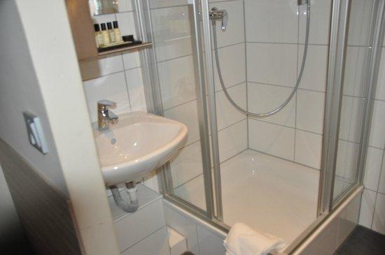 Hotel Munich City : Neuer Duschbereich