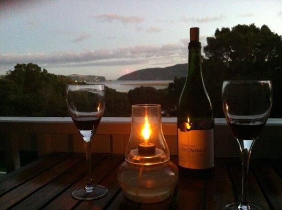 South Villa Guest House: Abendstimmung auf dem Balkon