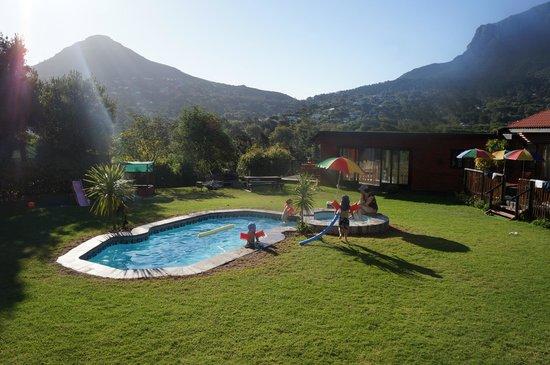 African Family Farm: Der Innenbereich bei den Zimmern mit Pool und Spielplatz