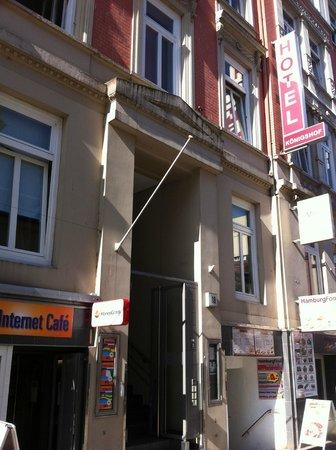 Novum Hotel Konigshof Hamburg: La entrada del hotel