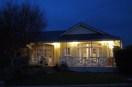 Oliver's Farm Stay Bed & Breakfast : The farmstay by night