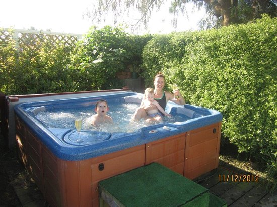 Oliver's Farm Stay Bed & Breakfast : The outdoor spa is a great place to relax