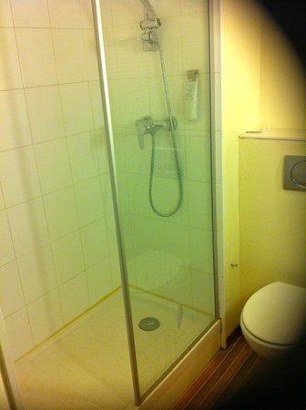 Ibis Deauville Centre : Salle de douche , WC