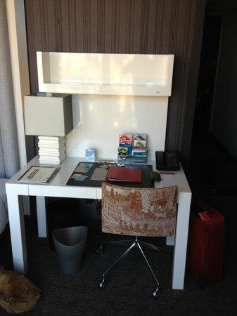 Kimpton Hotel Eventi: Writing Desk next to the bed.