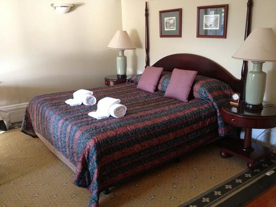 Darcys Hotel: King size bed
