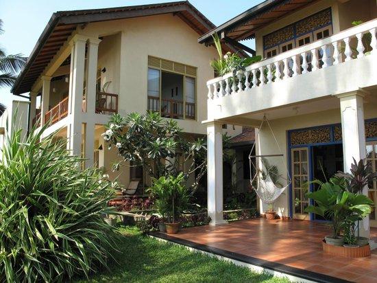Max Wadiya : Corner view of main villa and suites
