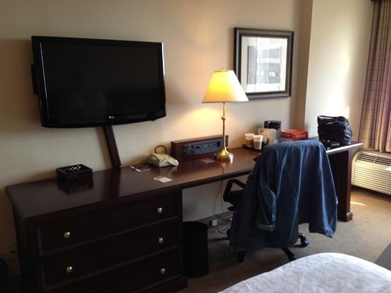 Sheraton Philadelphia University City Hotel: desk and tv