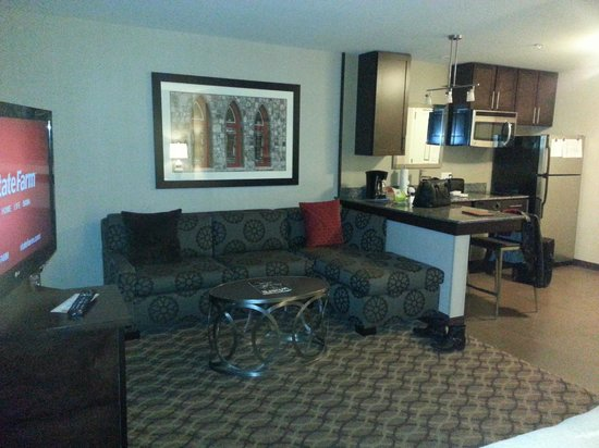 Residence Inn Boston Logan Airport/Chelsea: living room area and kitchenette