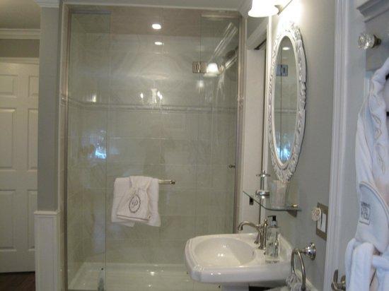 A ParkView Bed & Breakfast: En-suite shower S. Bedroom